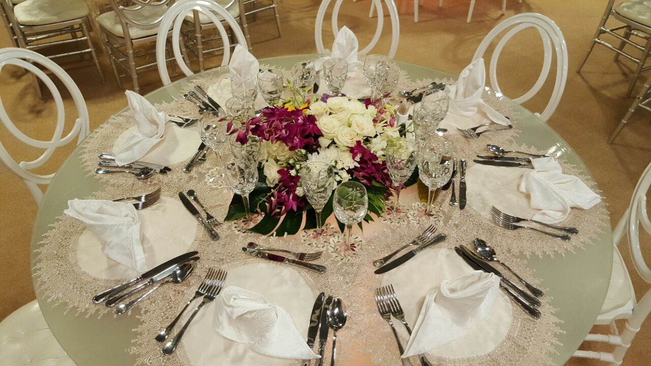 glass top table white acrilic chairs